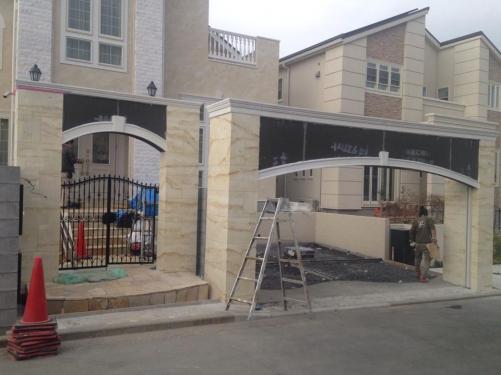 トラバーチン風モルタル造形のゲート