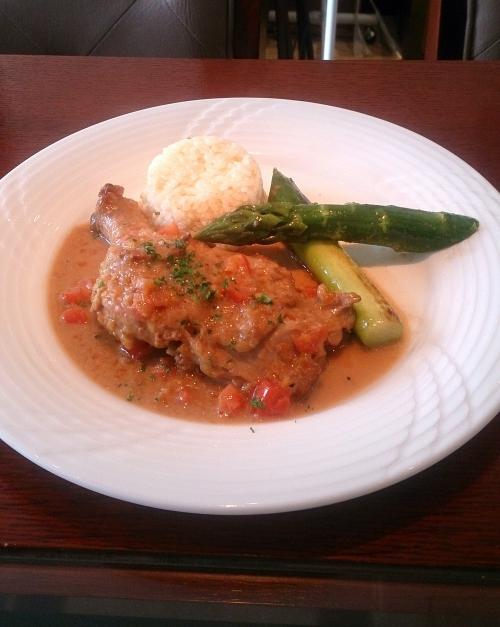 本日お昼の肉料理より、鶏もも肉の白ワイン煮込み