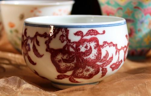 紅色、手触り、口当たりを五感で楽しむ本釉裏紅仙桃図杯