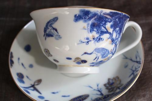 長寿を願う鶴と松を本染付けで描いたカップ&ソーサー