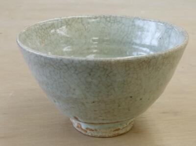 貫入(かんにゅう)という釉薬のひび割れが作品を、、。