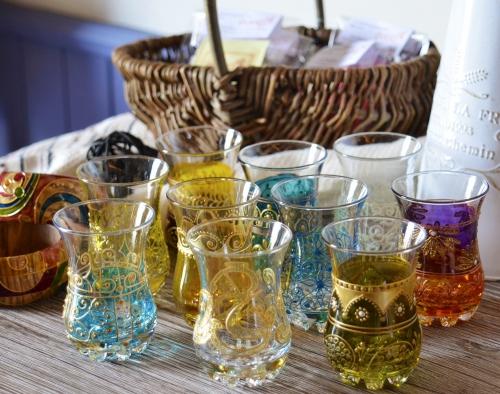 チュニジアから綺麗なチャイグラスが入荷しました!