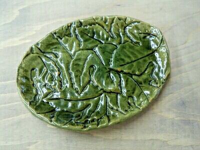 木の葉がいっぱい敷きつめられた皿が、、。