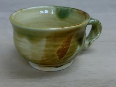 三彩のコーヒーカップ。小さいけど素敵な色合いです。