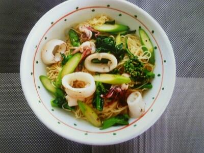 磁器のお皿に盛られた豪華な海鮮スパゲティー。