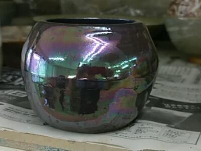 フラワーアレンジメント用に作られた虹色の器。