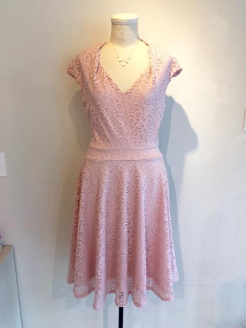 エジエリーのピンクのレースドレス