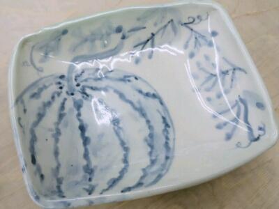 絵手紙みたいな絵付けの角皿。自由でのびやかな線ですね。