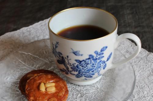 珈琲やお茶を美味しく飲みたい方におすすめ、染付け薔薇図マグ