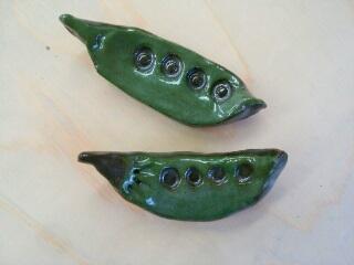 サヤエンドウの箸置き、深い緑が素敵です。