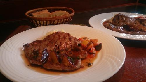 ランチより、豚肩ロース肉のグリエ プルーン入りマデラソース