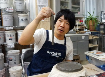 陶芸芸人、カンカンさんが今日も粘土で何かを作っています。