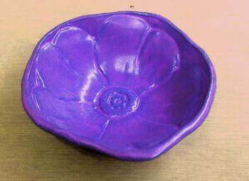 花のレリーフの小鉢を、藤色に焼き上げてみました。