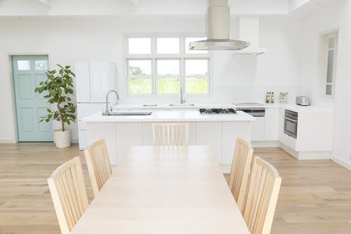 ハウススタジオ:B...ダイニングルーム&キッチンの家具配置