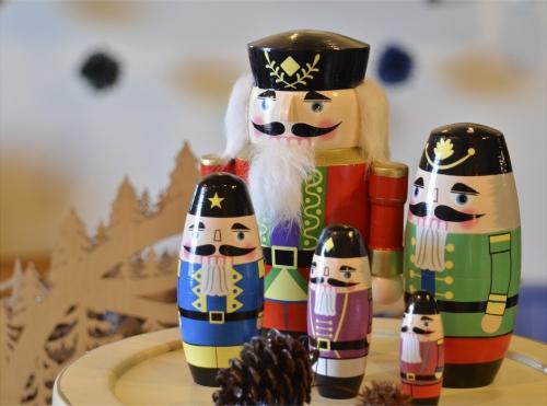 冬の、そしてクリスマスの装飾にマトリョーシカ