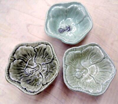 還元焼成で焼いたハイビスカスの器3点、それぞれ違う釉薬です。