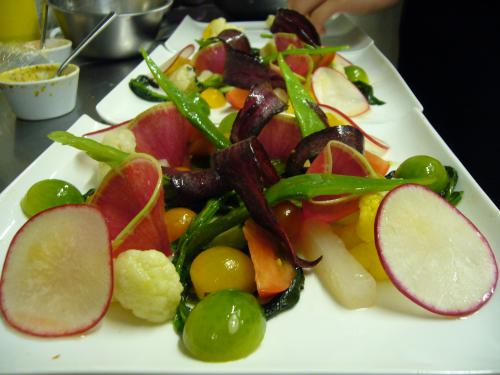 彩りも種類も楽しめる有機野菜いろいろサラダ仕立て