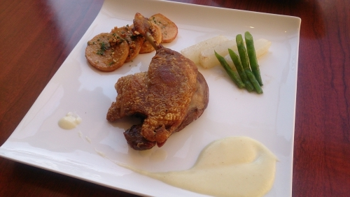 鴨もも肉のコンフィ。シンプルな美味しさはビストロの定番
