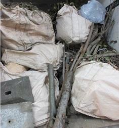 お庭のご不要品、お片付け熊谷市不用品回収作業です。