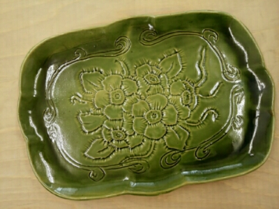 陶芸教室 東京 国立けんぼう窯 総織部、レリーフの角皿完成。
