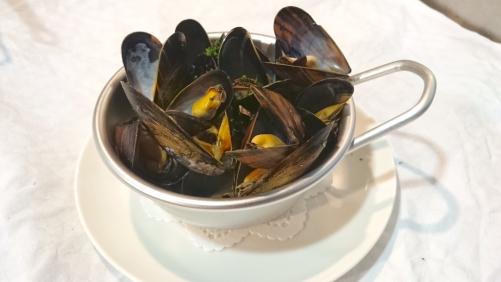 ノルマンディー産ムール貝の白ワイン蒸し