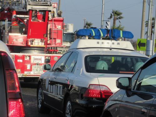 撮影用車両、パトカーと消防車。