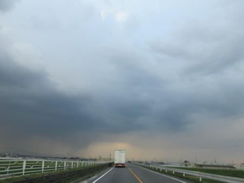 夕刻の雨、カミナリの轟き…。
