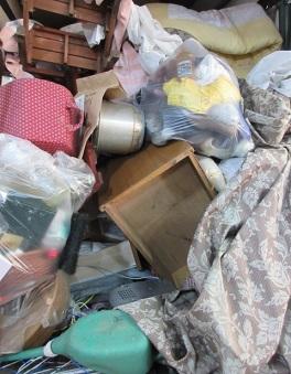 家具や家電品、粗大ごみ、大量の不用品回収作業です。