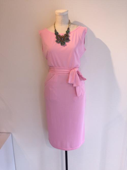 美しいピンクのジャージワンピース