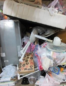 ベッドや冷蔵庫、洗濯機、家具、家電、アパートの不用品。