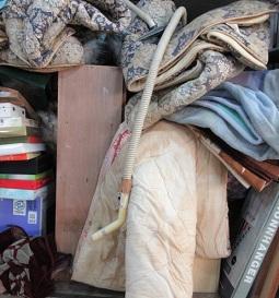 お布団、テレビ、家具や家電、大量の不用品。