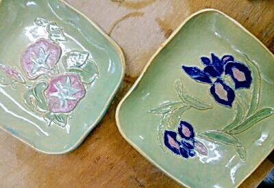 アヤメと朝顔の皿2枚。陶芸教室国立けんぼう窯。