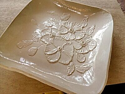 ポピー花の白い角皿。レリーフの集中講座で制作。Hさん作品。