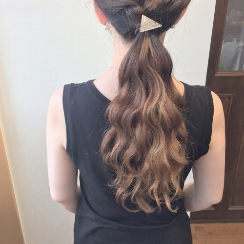 ヘアアレンジ ローポニー グラデーションカラー ウェーブヘア