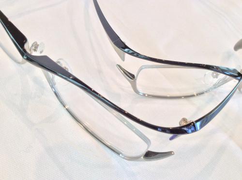 立体的なデザインのメガネ