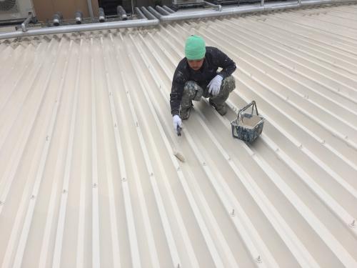 川口市T屋根塗装工事の上塗り作業中です。