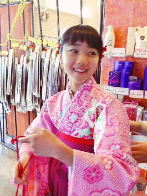 可愛い小学生も袴で卒業式!