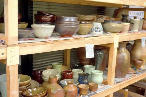 今、陶芸教室の棚は、登り窯の作品でいっぱい。国立けんぼう窯。