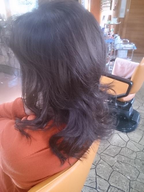 ヘアカラーをされたお客さま、ロングヘアでも髪がみずみずしい。