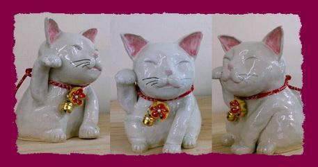 かわいい招き猫に鈴がつけられました。陶芸教室国立けんぼう窯