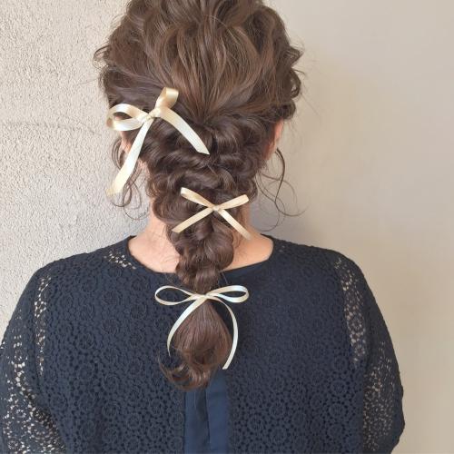 ヘアアレンジ 三つ編みアレンジ 紐リボン 結婚式お呼ばれヘア