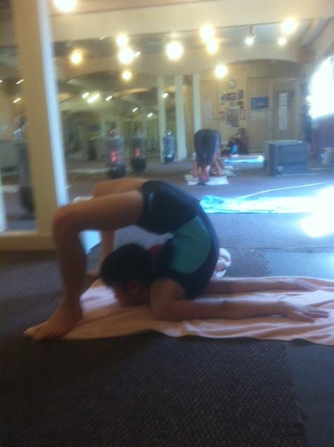 Kid's Yoga/バッタのポーズからのサソリのポーズ