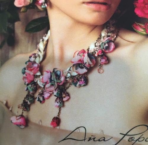 ハンドメイドの薔薇のネックレス