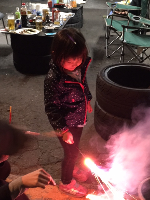 タイヤ屋さんで花火する件