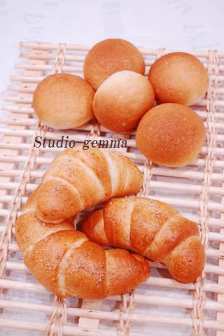 人気の塩パンと定番基本の丸パン