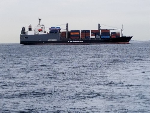 東京湾口は世界各国からの大型船が通過