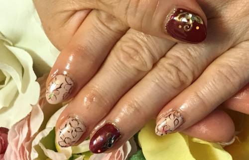 ボルドーカラーと花柄ネイル