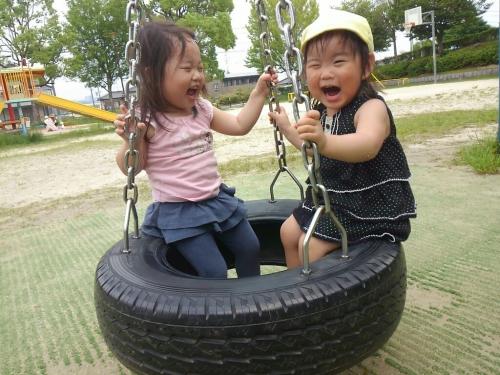 タイヤに乗って、ゆらゆらゆられて楽しいね☆