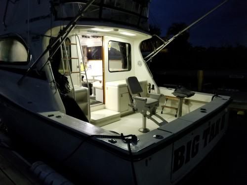 夜間にBIG TAKⅡの出航準備