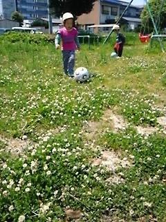 昨日買ってきた新しいサッカーボールに夢中走れ!走れ!
